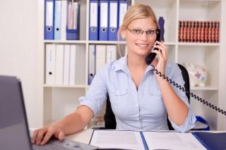 Verwaltungsfachangestellte bei ihrer täglichen Arbeit