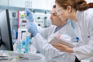 Laboratoriumsassistenten (MTA) bei der Arbeit